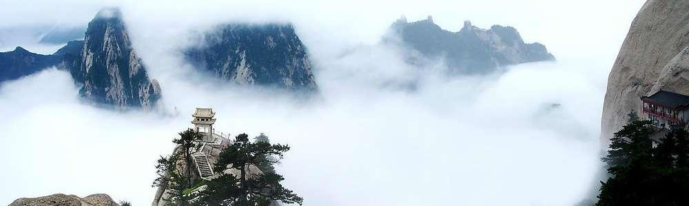 渭南市地处陕西关中平原东部,东濒黄河与山西、河南毗邻,西与西安、咸阳相接,南倚秦岭与商洛为界,北靠桥山与延安、铜川接壤,南北长182.3公里 ,东西宽149.7公里,位居新亚欧大陆桥的重要地段,是陕西省和西部地区进入中东部的 东大门。 渭南地处祖国版图几何中心,北京时间从这里的国家授时中心发出,是中国航天测控事业发祥地,神舟系列飞船在这里得到全程遥测。 渭南是中华民族的重要发祥地,素有华夏之根、文化之