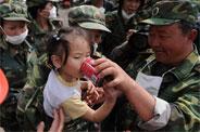 子弟兵给北川获救儿童喂饮料