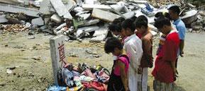 13岁男孩废墟刨书包陪遇难同学过儿童节